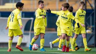 Niños de la escuela del Villarreal, durante un partido.