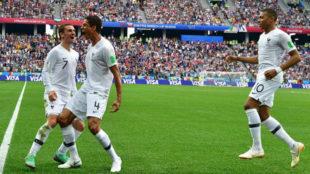 Varane celebra su gol en el Mundial con Francia junto a Griezmann y...