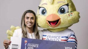 Marta Vieira da Silva posa con Ettie, la mascota del Mundial.