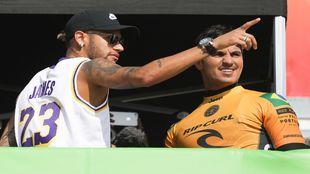 Neymar, el pasado jueves en Portugal con su amigo, el surfista...