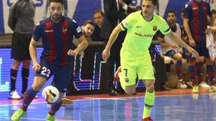 Pablo Ibarra y Dyego disputan un balón durante el Levante-Barça...
