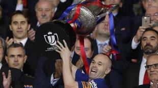 Andrés Iniesta levanta la última Copa del Rey del Barça.
