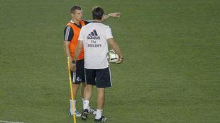 Kroos y Lopetegui, hablando durante un entrenamiento.