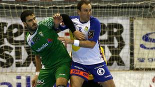 Álvaro Ferrer, a la derecha, en un partido de la Liga Asobal.
