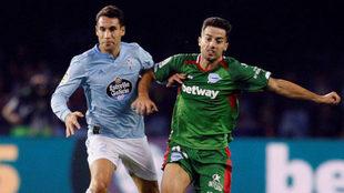 Hugo Mallo pugna por un balón con el centrocampista del Alavés Jony...