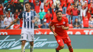Alexis Vega al anotarle un gol a Rayados.