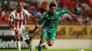 Erik Lira y Luis Ángel Mendoza se disputan un balón.