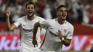 André Silva y Franco Vázquez celebran un gol.