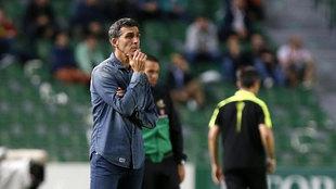 Juan Ramón López Muñiz, entrenador del Málaga, durante la visita...