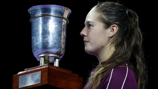 Daria Kasatkina posa con el trofeo de la Copa del Kremlin.