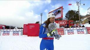 Sofia Goggia con el Globo de descenso que ganó la pasada temporada....