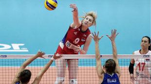 Brankica Mihajlovic, de Serbia, golpea el balón durante un encuentro