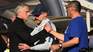 Mourinho y Sarri se dan la mano tras resolver la disputa al final del...