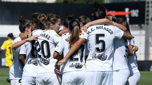Las jugadoras del Valencia se abrazan tras un gol esta temporada.