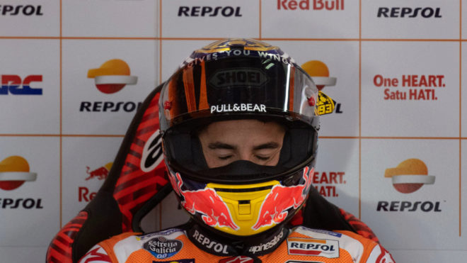 Márquez, concentrado, en su box.