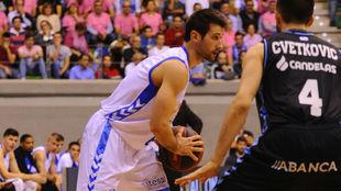 Bruno Fitipaldo busca un pase ante la defensa de Cvetkovic.