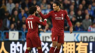 Salah y van Dijk celebran el gol