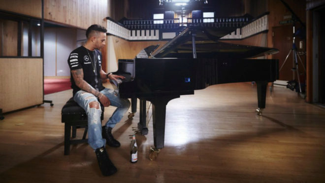 Hamilton acaricia las teclas de un piano.