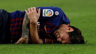 Messi sale lesionado del brazo.
