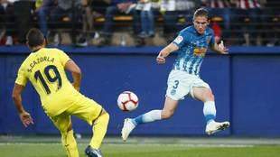 Filipe Luis centra en el partido ante el Villarreal.