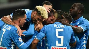 Los jugadores del Nápoles rodean a Fabián Ruiz tras su gol.
