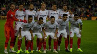 Los jugadores del Sevilla, en el Camp Nou.