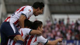 Festejo de los jugadores de Chivas en el Estadio de la BUAP.
