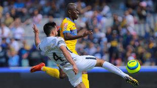 Quintana le roba el balón a Enner Valencia.