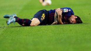 Messi se duele en el césped tras producirse la lesión.