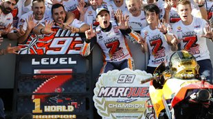 Marc Márquez, celebrando con todos los miembros de Honda su séptimo...