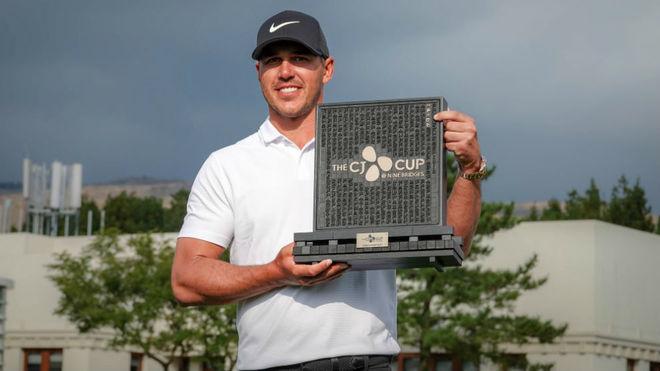 Brooks Koepka (28) luce el trofeo del CJ Cup.