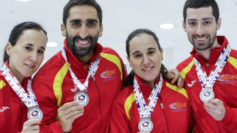 Oihane y Leire Otaegi junto a Sergio Vez y Mikel Unanue posan con sus...