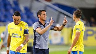 Manolo Jiménez da instrucciones a sus jugadores durante un partido de...