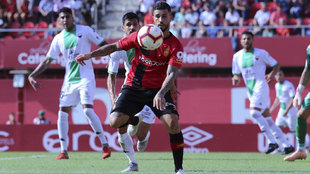 Aridai controla el balón delante de la portería del Extremadura.