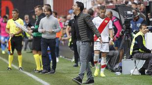 Míchel da instrucciones a sus futbolistas en el Rayo Vallecano -...