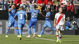 Los jugadores del Getafe celebran su segundo gol ante Embarba.