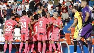 Los jugadores de un Lugo que lució de rosa esta vez celebran el gol...