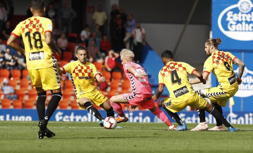 Sergio Gil controla el balón rodeado por jugadores del Nástic
