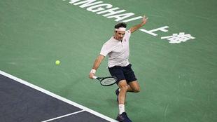 Roger Federer, en un partido con la muñequera y raqueta en la mano...