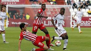 Juan Ibiza, que acabó lesionado, se lanza al suelo ante Bela, autor...