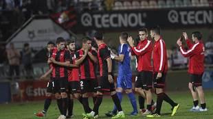 Los jugadores del Reus aplauden a su afición después de su remontada