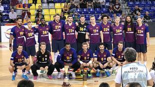 Los jugadores del Barça con el trofeo como campeones de la Super...