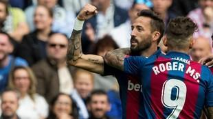 Roger y Morales celebran un gol contra el Madrid en el Bernabéu.