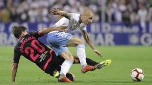 Pombo intenta zafarse del marcaje de Undabarrena en La Romareda