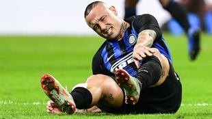 Nainggolan, se duele durante el partido contra el Milan