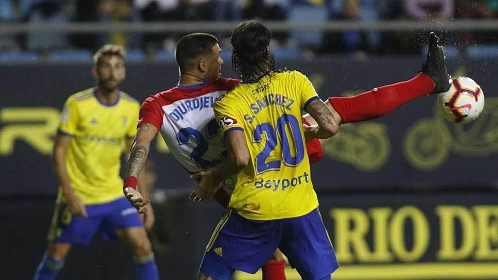 Djurdjevic intenta controlar el balón con la pierna muy alta ante...