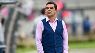 Patiño observa el partido entre Pumas y Tigres.