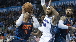 Russell Westbrook entra a canasta mientras Willie Cauley-Stein lo...