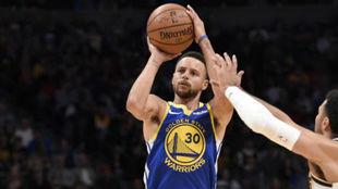 Stephen Curry lanzando un triple ante los Nuggets