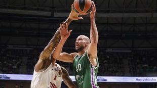 James Augustine intenta levantar el balón ante la defensa de Will...